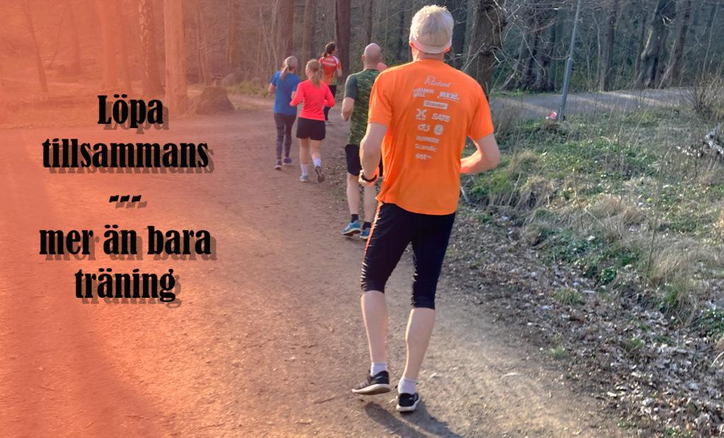 Gruppen joggar ner efter en backintervall. Svart text över orange bakgrund visar: Löpa tillsammans - mer än bara träning