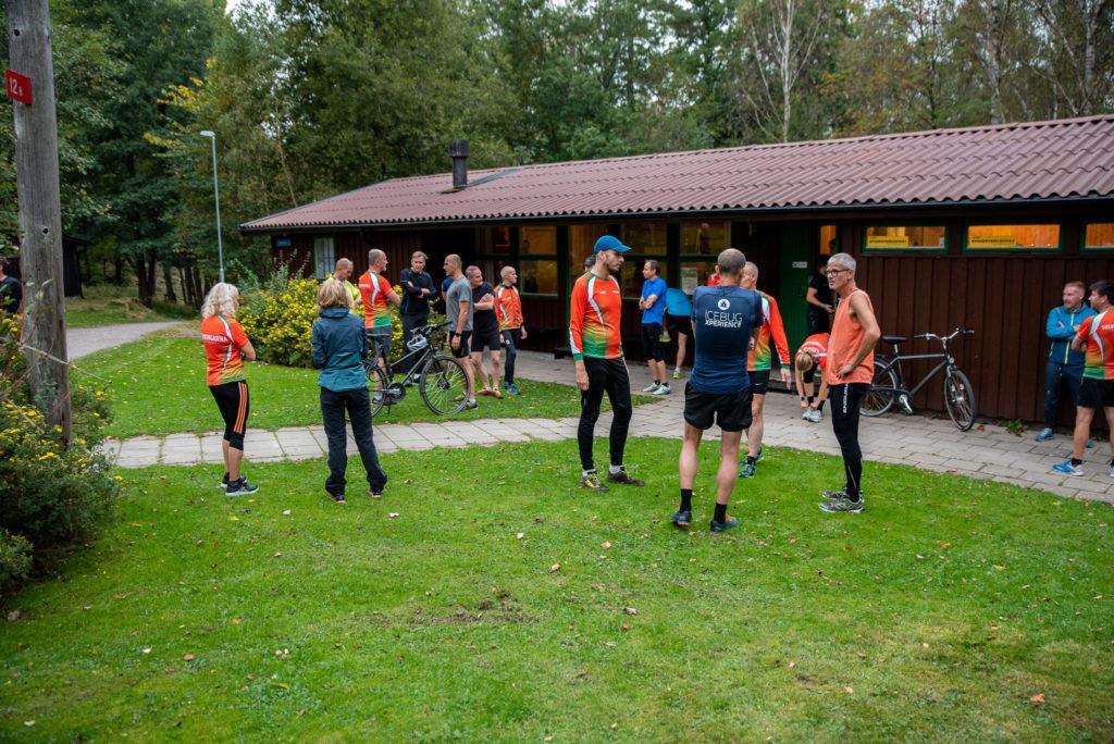 Löpargruppen Solvikingarna samlas utanför sin bruna klubblokal